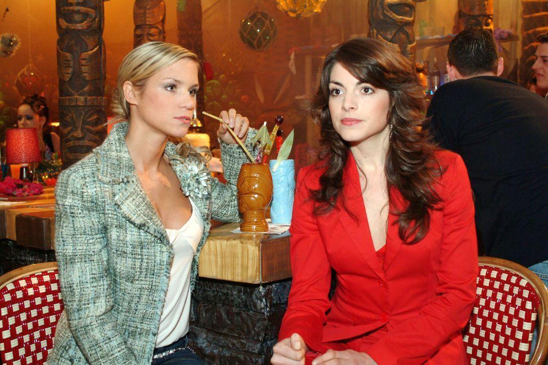 Die von Davids Affären frustrierte Mariella (Bianca Hein, r.) sucht Rat bei Sabrina (Nina-Friederike Gnädig, l.). - Bildquelle: Sat.1