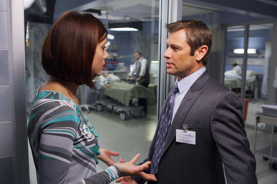 Archer (Grant Show, r.) hat bei Charlotte eine Stelle als Neurologe angenommen - allerdings hat er Addison (Kate Walsh, l.) darüber nicht informiert... - Bildquelle: ABC Studios