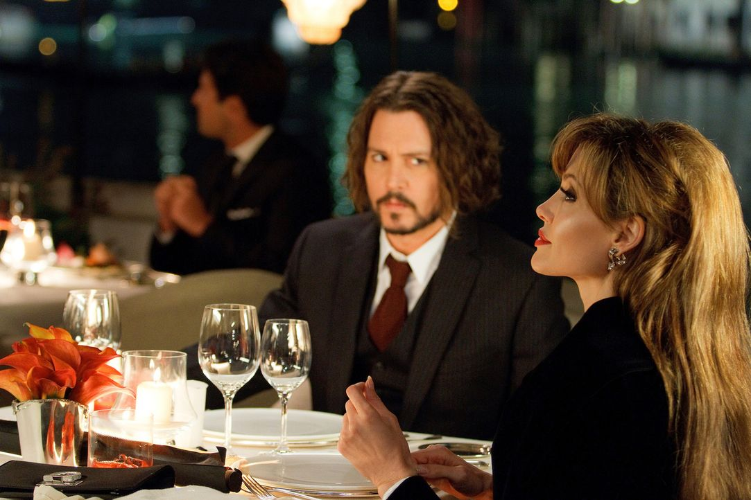 Die Zeit, die Frank (Johnny Depp, l.) und Elise (Angelina Jolie, r.) zusammen verbringen, sorgt bei beiden für ein Wechselbad der Gefühle. Wird es... - Bildquelle: CPT Holdings, Inc.  All Rights Reserved.