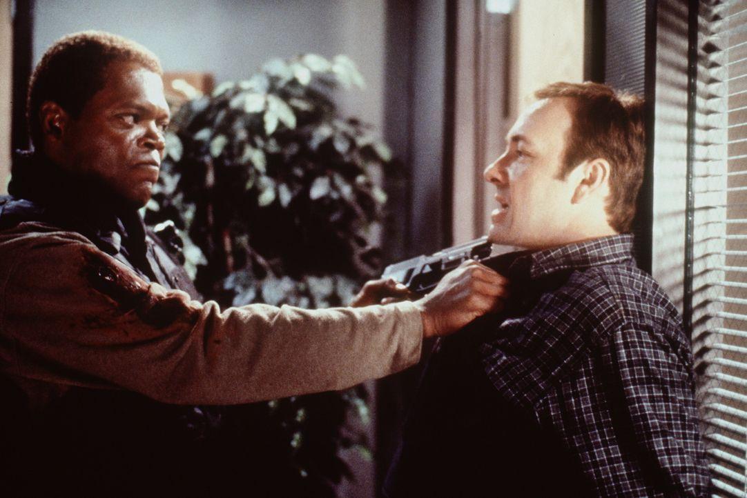 Spezialisten unter sich: Chris Sabian (Kevin Spacey, r.) und Danny Roman (Samuel L. Jackson, l.) ... - Bildquelle: TM+  Warner Bros.