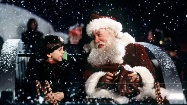 Als der Weihnachtsmann tot vom Dach fällt, kann Charlie (Eric Lloyd, l.) sein...