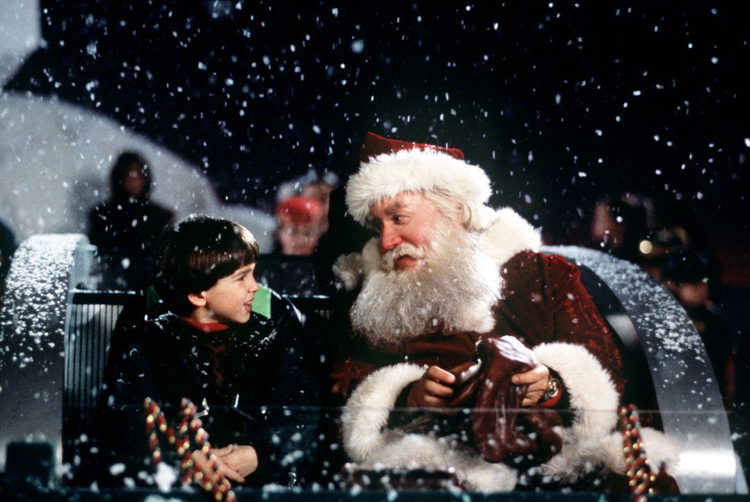 Als der Weihnachtsmann tot vom Dach fällt, kann Charlie (Eric Lloyd, l.) seinen Vater Scott (Tim Allen, r.) überreden, als Santa Claus tätig zu w... - Bildquelle: Buena Vista Pictures