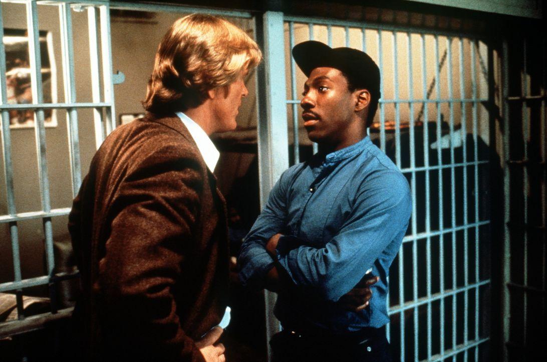 Der raubeinige Cop Jack Cates (Nick Nolte, l.) will den ausgeflippten Reggie (Eddie Murphy, r.) aus dem Knast holen, doch der ist zunächst gar nich... - Bildquelle: Paramount Pictures