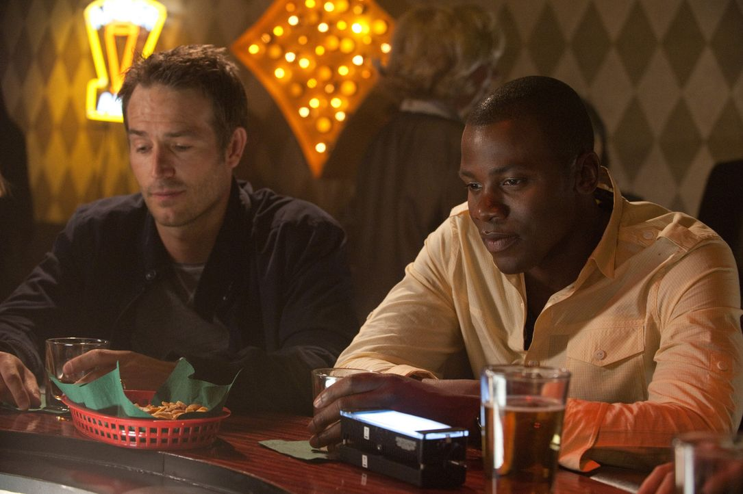 Miles (Derek Luke, r.) und Tom (Michael Vartan, l.) lassen den Tag in der Kneipe Revue passieren ... - Bildquelle: 2011 Sony Pictures Television Inc. All Rights Reserved.