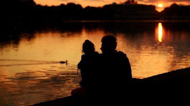 Sonnenuntergang Liebespaar_dpa