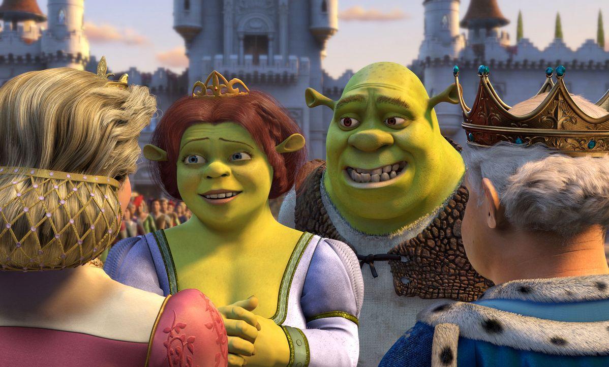 """Nach ihrer Hochzeit geht's für Shrek, r. und Fiona, l. erst mal zum Antrittsbesuch zu Fionas Eltern ins Königreich """"Far Far Away"""". Diese jedoch habe... - Bildquelle: DreamWorks SKG"""