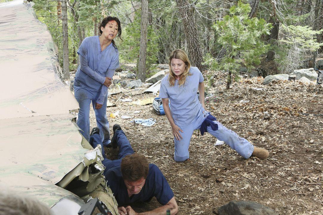 Während Mark (Eric Dane, M.), Meredith (Ellen Pompeo, r.) und Cristina (Sandra Oh, l.) um das Leben von Lexie kämpfen, ahnen ihr Freunde und Kolle... - Bildquelle: Touchstone Television