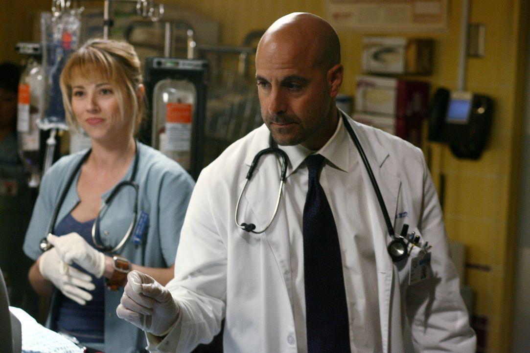 Kümmern sich um die Verletzten der Demonstration: Sam (Linda Cardellini, l.) und Dr. Moretti (Stanley Tucci, r.) ... - Bildquelle: Warner Bros. Television