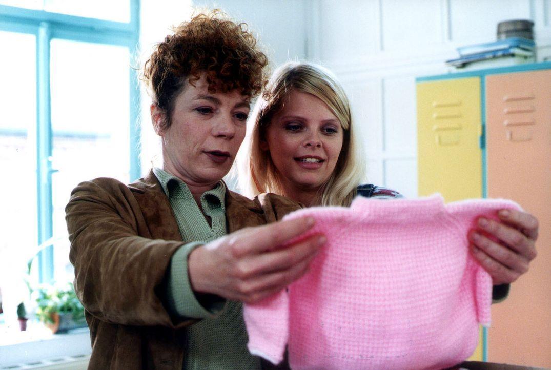 Natalie (Anne Sophie Briest, r.) und ihre Mutter Elke (Nina Hoger, l.) freuen sich auf das Baby. - Bildquelle: Sat.1
