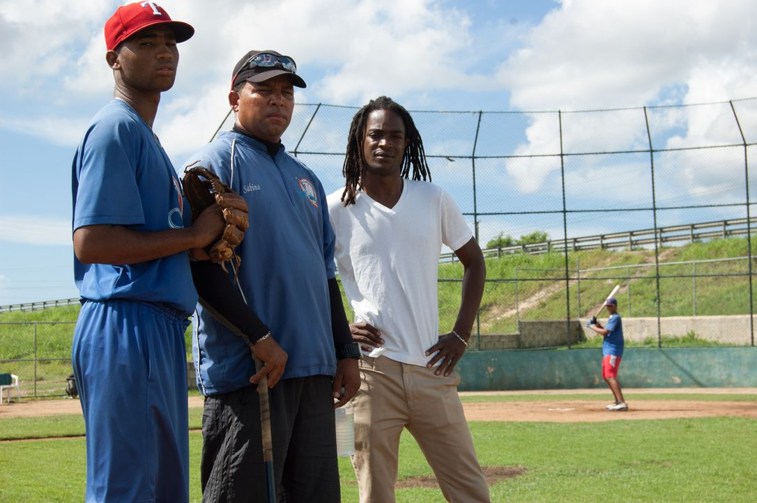 Reporter Seyi Rhodes (r.) trifft in der Dominikanischen Republik junge Männer, deren größter Traum es ist, in der US Major League Baseball zu spiele... - Bildquelle: Quicksilver Media