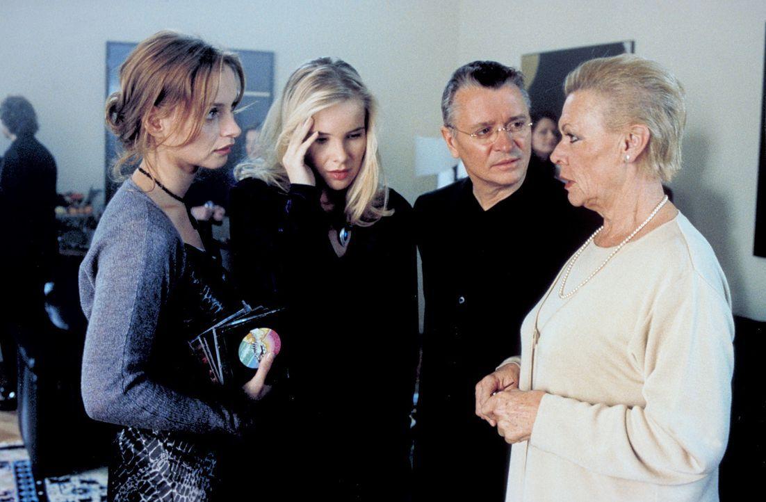 Hanno (Henry Hübchen, 2.v.r.), Sylvie (Catherine Flemming, l.) und die Nachbarin Clara (Ingrid van Bergen, r.) verbindet ein düsteres Geheimnis ... - Bildquelle: Katrin Knoke ProSieben