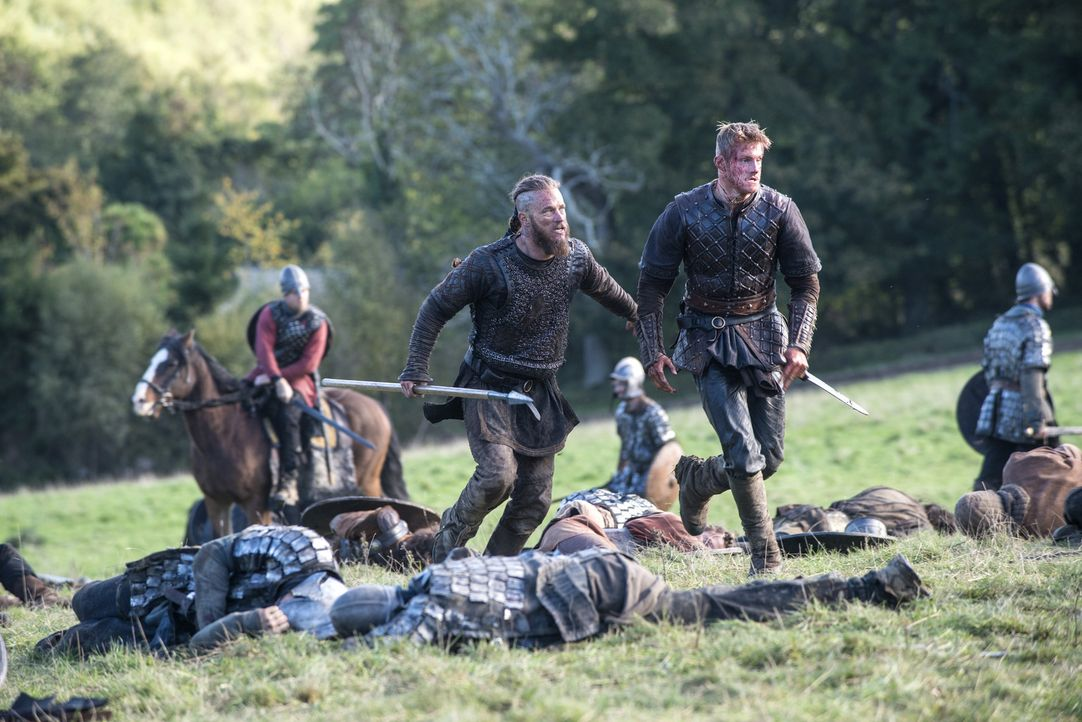 Müssen erkennen, dass sie die Schlacht gegen König Ecbert verloren haben: Ragnar (Travis Fimmel, l.) und Bjorn (Alexander Ludwig, r.) ... - Bildquelle: 2014 TM TELEVISION PRODUCTIONS LIMITED/T5 VIKINGS PRODUCTIONS INC. ALL RIGHTS RESERVED.