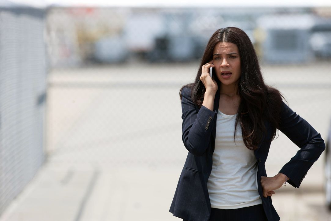 Während Carrie hofft, wieder zur CIA zurückkehren zu können, informiert Abu Nazirs Kontaktfrau Roya (Zuleikha Robinson) Brody, dass der Schneider... - Bildquelle: 20th Century Fox International Television