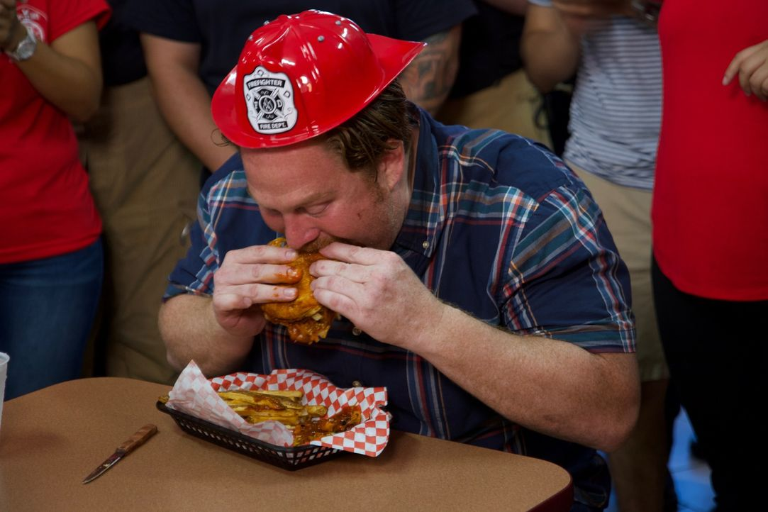 """Casey muss sich im """"Little Bitty Burger Barn"""" einer neuen Challenge stellen, die ziemlich feurig ist: Dem """"Charlie's 5 Alarm Fire Burger"""" ... - Bildquelle: 2017,The Travel Channel, L.L.C. All Rights Reserved."""