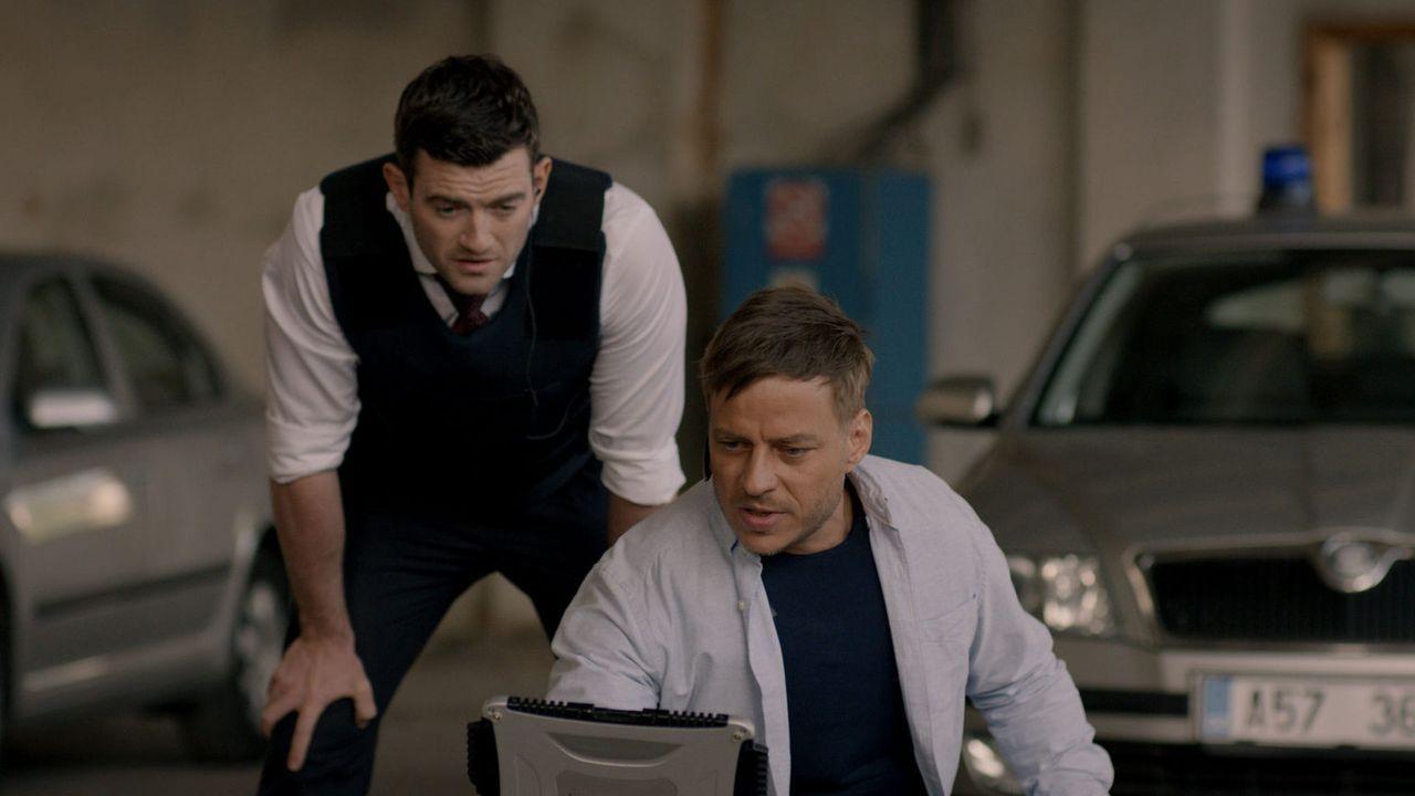Sebastian (Tom Wlaschiha, r.) und Luke (Stuart Martin, l.) machen sich daran, Beweise zu finden, um einem skrupellosen Drogen- und Waffenhändler das... - Bildquelle: Tandem Productions GmbH. All rights reserved.
