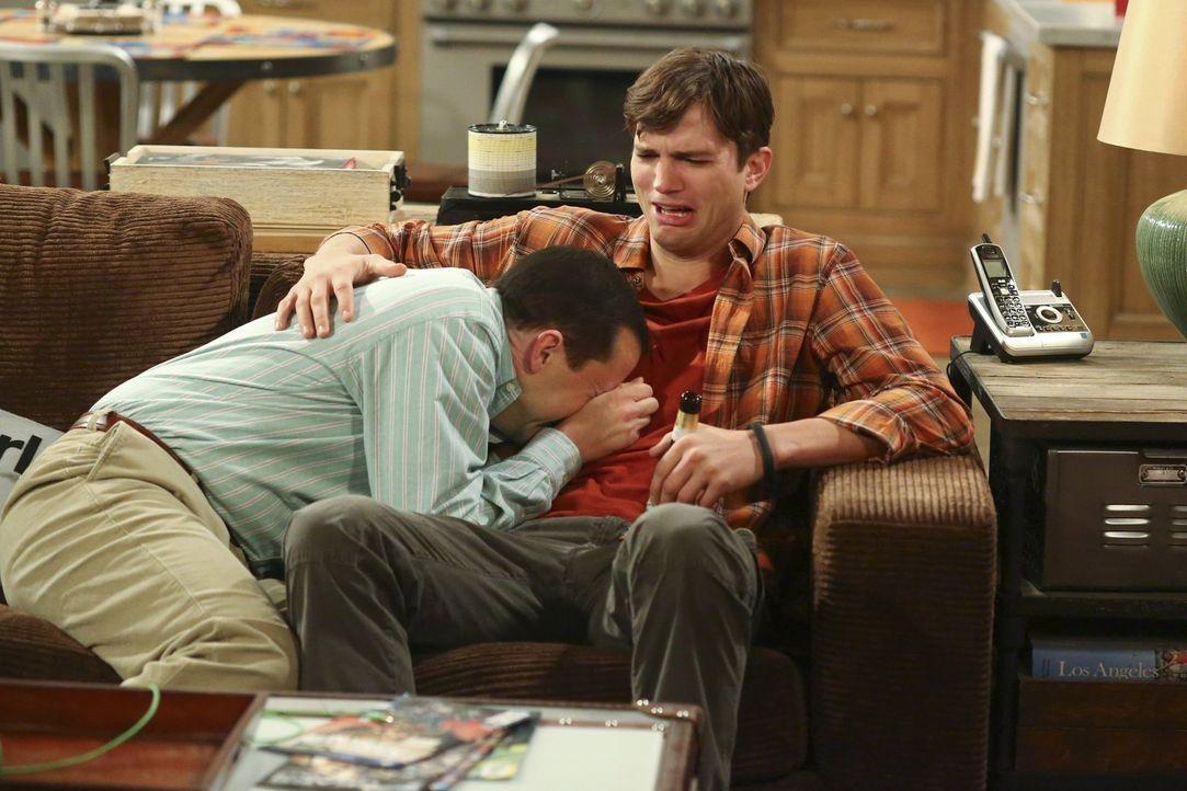 Alan (Jon Cryer, l.) kann nicht damit umgehen, dass Lyndsey mit ihm Schluss gemacht hat. Walden (Ashton Kutcher, r.) muss einen Weg finden, um seine... - Bildquelle: Warner Brothers Entertainment Inc.