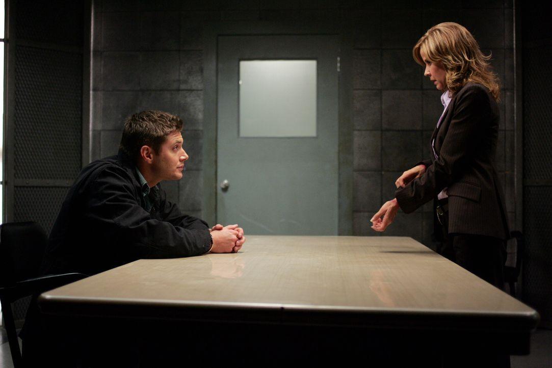 Dean (Jensen Ackles, l.) versucht Diana Ballard (Linda Blair, r.) deutlich zu machen, dass er kein Motiv für den Mord an Karen hat ...
