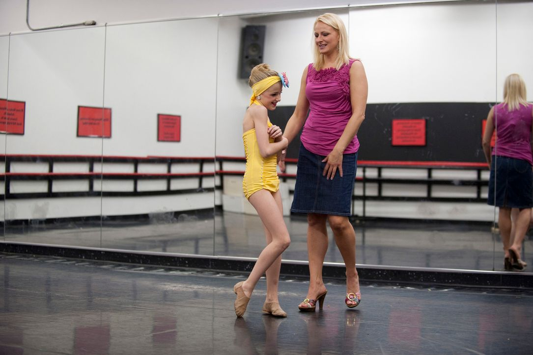 Christi (r.) trainiert zusammen mit ihrer Tochter Chloe (l.), die die einmalige Chance, in einem hochkarätigen Musikvideo mitzuwirken, bekommt. - Bildquelle: 2011 AETN