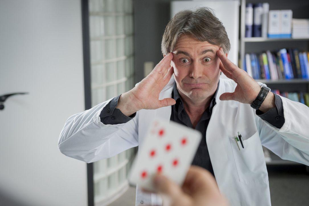Gerichtsmediziner Meisner (Robert Lohr) findet zufällig heraus, dass das Mordopfer anscheinend in Glücksspielmanipulationen verwickelt war ... - Bildquelle: Martin Rottenkolber SAT.1