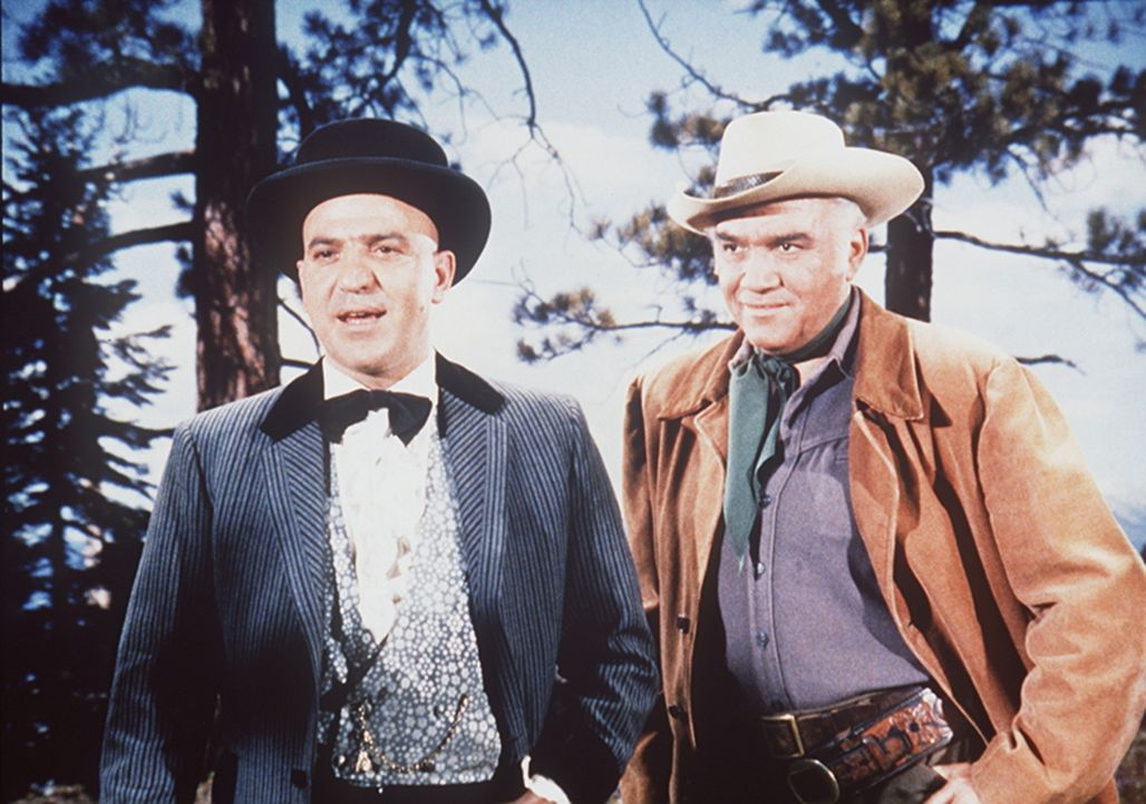 Der reiche Mr. Hackett (Telly Savalas, l.) glaubt, mit Geld alles kaufen zu können. Jetzt will er die Ponderosa kaufen. Pech für Hackett, dass Ben (... - Bildquelle: Paramount Pictures