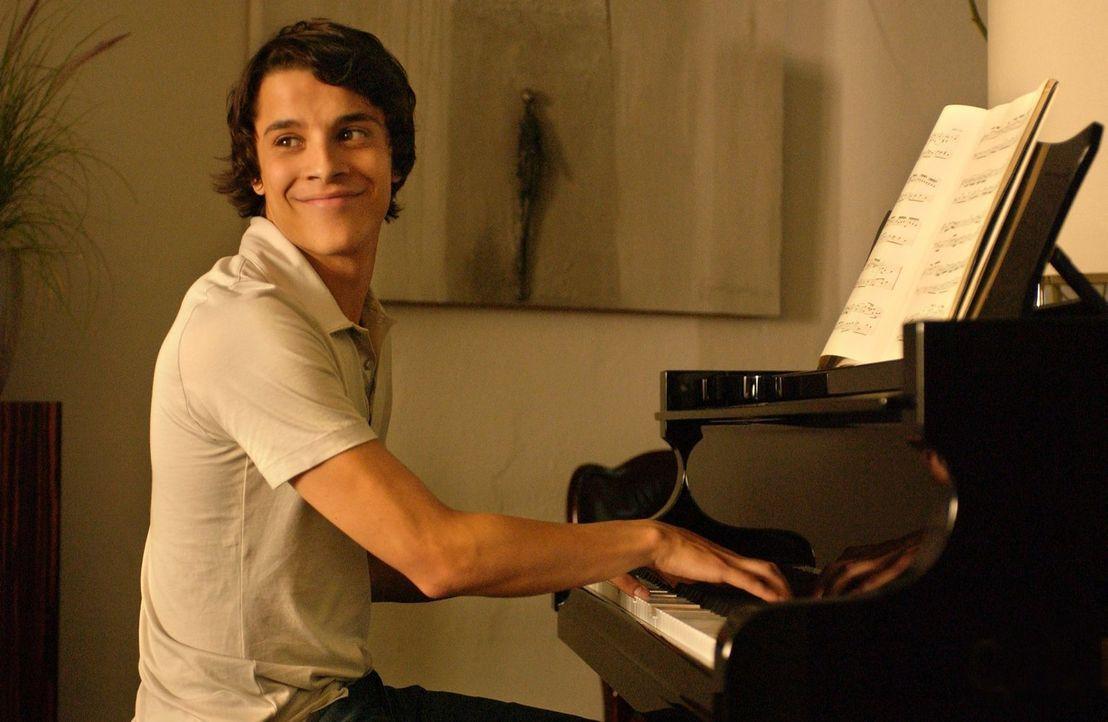 Viel versprechender Abiturient und hochbegabter Pianist: Joe (Kostja Ullmann) - Bildquelle: Rainer Bajo Sat.1