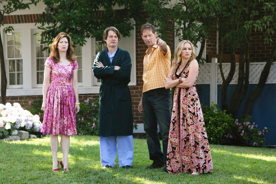 Sind entsetzt als Julie bewusstlos aufgefunden wurde: Katherine (Dana Delany, l.), Orson (Kyle MacLachlan, 2.vl.), Angie (Drea de Matteo, r.) und Ni... - Bildquelle: ABC Studios
