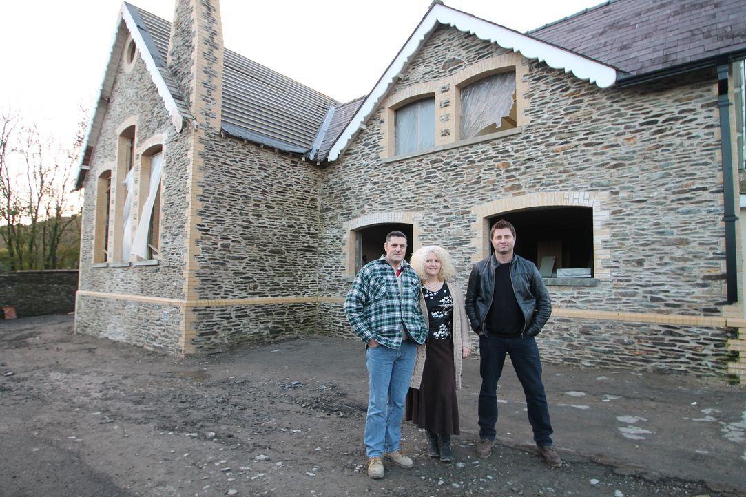 Architekt George Clarke (r.) hilft Ian (l.) und Jayne Hall Edwards (M.) dabei, ihren Traum vom umgebauten viktorianischen Schulgebäude zu verwirklic... - Bildquelle: 2014 Cable News Network, Inc. A TimeWarner Company All rights reserved.
