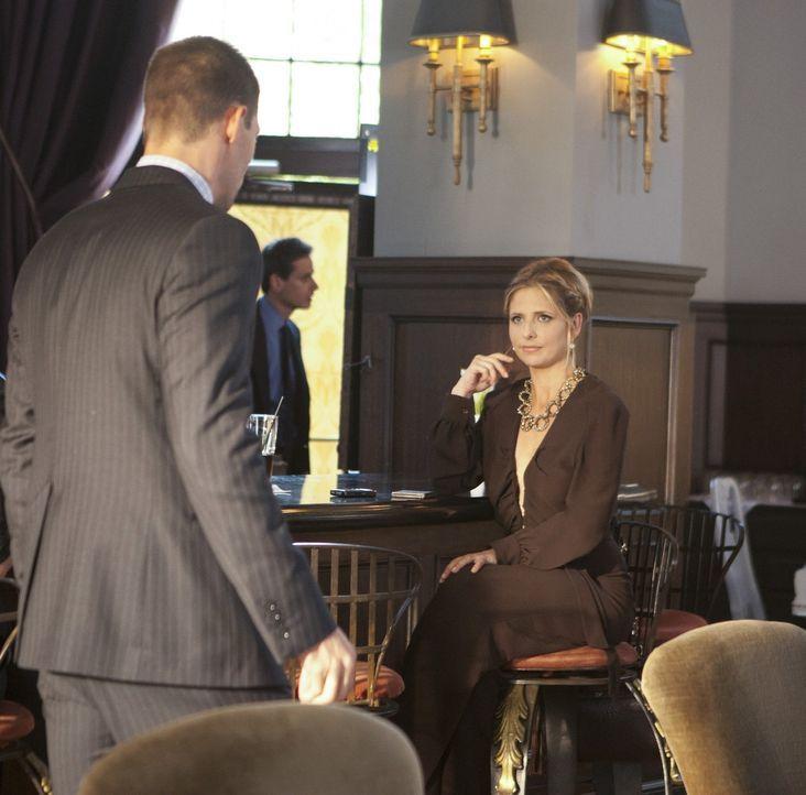 In Paris vergnügt sich die echte Siobhan (Sarah Michelle Gellar, r.) mit dem erfolgreichen Geschäftsmann Tyler Barrett (Justin Bruening, l.) ... - Bildquelle: 2011 THE CW NETWORK, LLC. ALL RIGHTS RESERVED