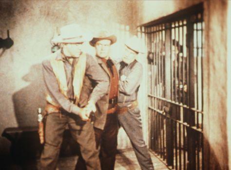 Bonanza - Nur knapp können Ben Cartwright (Lorne Greene, l.) und Sheriff Coff...
