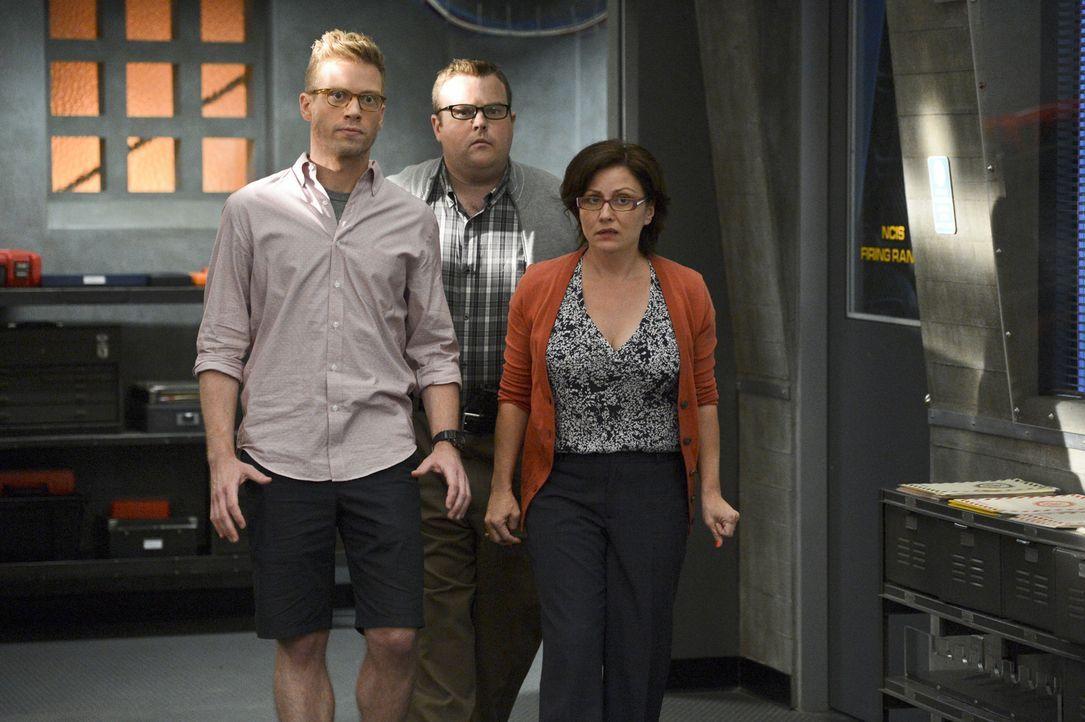 Der Maulwurf ist gefunden: Carol Brown (Adam Bartley, M.) ist der Täter. Doch was hat er jetzt mit Eric (Barrett Foa, l.) und Gwenn (Victoria Garcia... - Bildquelle: CBS Studios Inc. All Rights Reserved.