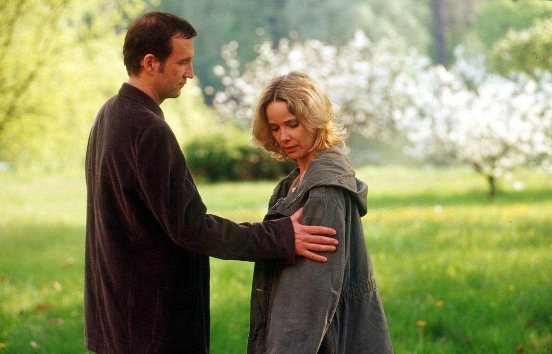 Michelle Eisner (Ann-Kathrin Kramer, r.) fühlt sich immer mehr von Thomas (Peter Lohmeyer, l.) angezogen. Wie lange wird sie ihm noch widerstehen kö... - Bildquelle: Oliver Pflug SAT.1