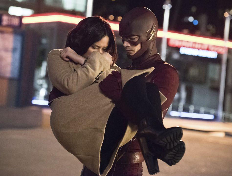 Kann Linda (Malese Jow, l.) Barry alias The Flash (Grant Gustin, r.) dabei helfen, Zoom auf sich aufmerksam zu machen, ohne dabei verletzt zu werden? - Bildquelle: 2015 Warner Brothers.