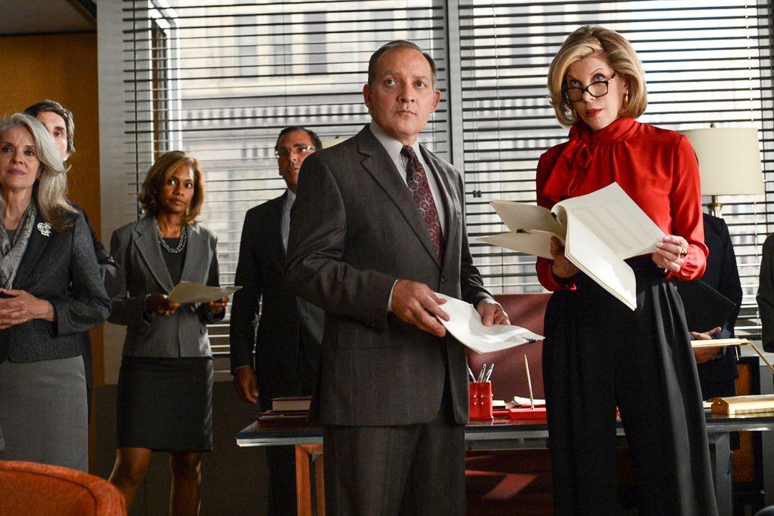 Als David Lee (Zach Grenier, vorne l.) und Diana (Christine Baranski, r.) erfahren, dass ein großer Teil des Mitarbeiterstabs die Kanzlei verlassen... - Bildquelle: David Giesbrecht 2013 CBS Broadcasting Inc. All Rights Reserved.