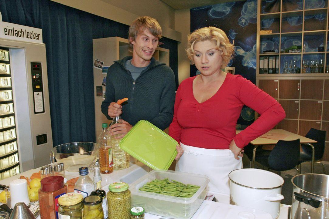 Zwischen Agnes (Susanne Szell, r.) und ihrem Assistenten Boris (Matthias Rott, l.) kommt es immer öfter zu Auseinandersetzungen. - Bildquelle: Noreen Flynn Sat.1