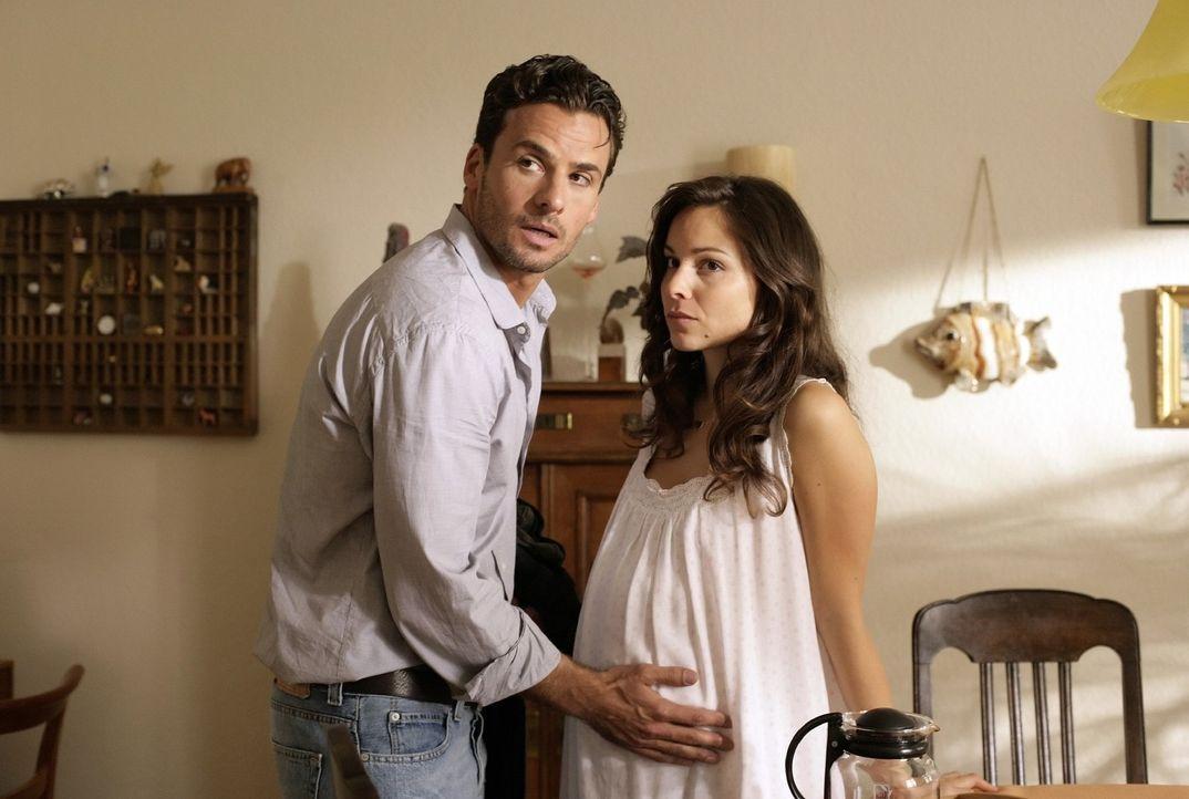 Die schwangere Bettina (Mina Tander, r.) ist besorgt, als ihr Freund, Hauptkommissar Maik Brunner (Stephan Luca, l.), zu einem gefährlichen Fall ge... - Bildquelle: Richard Hübner Sat.1