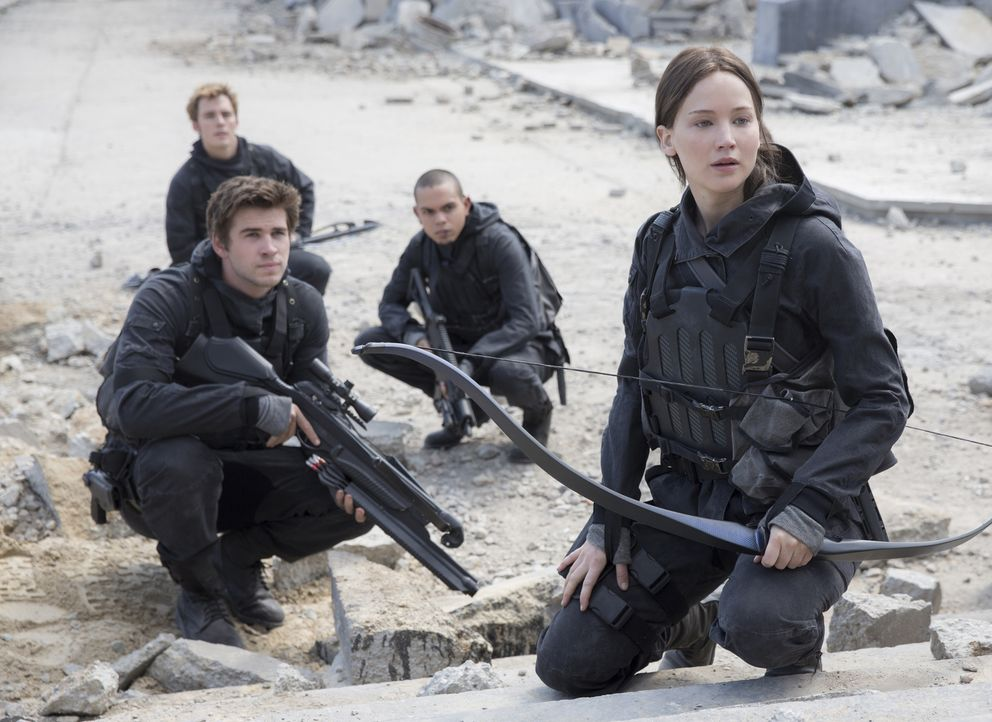 Auf dem lebensgefährlichen Weg ins Kapitol: die Rebellen Gale (Liam Hemsworth), Finnick (Sam Claflin), Messalla (Evan Ross) und Katniss (Jennifer La... - Bildquelle: Murray Close TM &   2015 Lions Gate Entertainment Inc. All rights reserved.