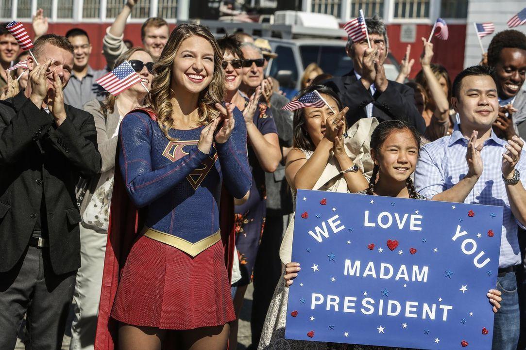 Supergirl (Melissa Benoist, l.), die selbst ursprünglich nicht von dem Planeten Erde stammt, könnte nicht glücklicher über die vereinende Rede der P... - Bildquelle: 2016 Warner Bros. Entertainment, Inc.