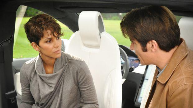Molly (Halle Berry, l.) diskutiert mit John (Goran Visnjic, r.) über die Zuku...