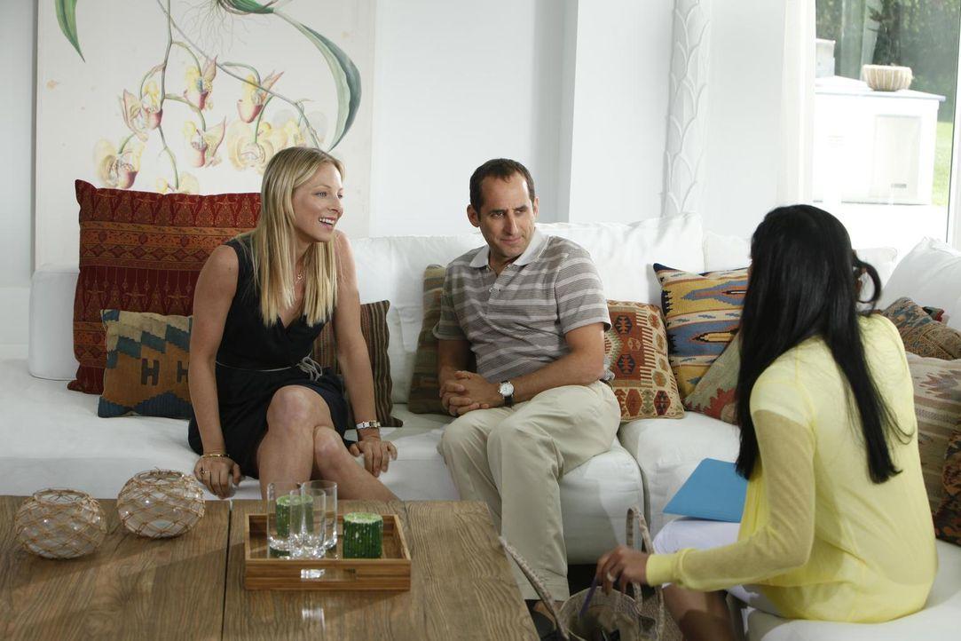 Dr. Emily Peck (Anastasia Griffith, l.) übernimmt während Hanks Abwesenheit seine Vertretung. Schon beim ersten Patienten (Peter Jacobson, M.) krieg... - Bildquelle: Universal Studios