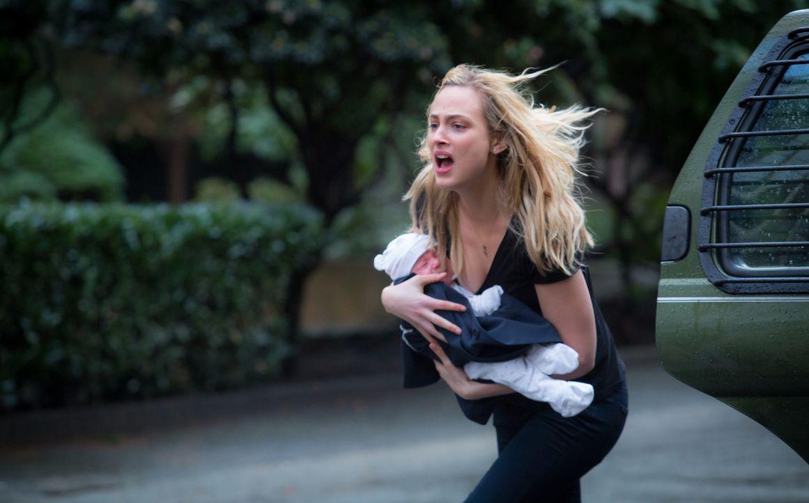 Mittlerweile greifen auch Insekten an. Geheimdienstagentin Chloe (Nora Arnezeder) versucht, sich und ein Neugeborenes vor mutierten Hornissen in Sic... - Bildquelle: Katie Yu 2016 CBS Broadcasting Inc. All Rights Reserved.