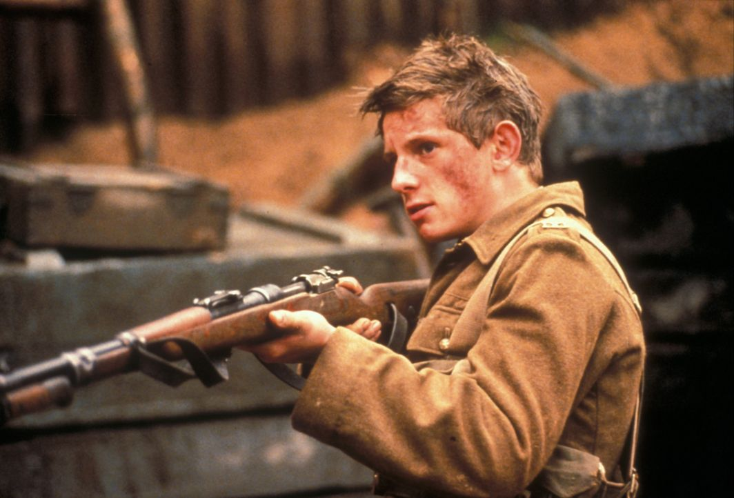 Belgien, im Ersten Weltkrieg: Der erst 16 Jahre alte britische Soldat Charlie Shakespeare (Jamie Bell) schmuggelt sich in die Armee ein, um gegen di... - Bildquelle: F.A.M.E. AG