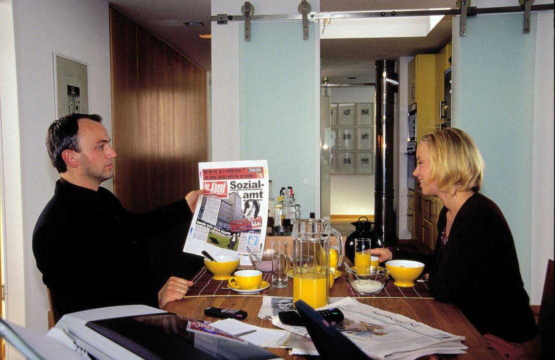 Jule (Floriane Daniel, r.) und Max (Heinrich Schmieder, l.) arbeiten im Verlag eines großen Boulevardblattes. Max ist zum Chefredakteur aufgestiegen... - Bildquelle: Oliver Ziebe Sat.1