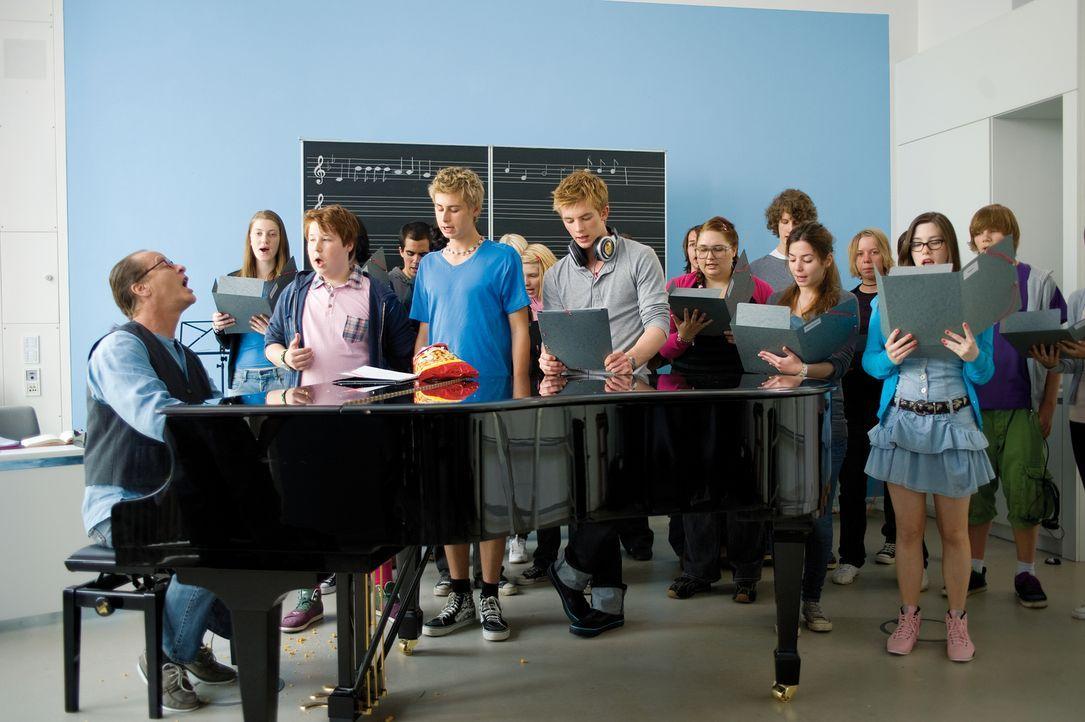 Voller Elan und mit hartem Umgangston probt der Musiklehrer Nickel (Tom Gerhardt, l.) mit dem Chor, um perfekt für die Abschlussfeier gerüstet zu se... - Bildquelle: Constantin Film Verleih GmbH