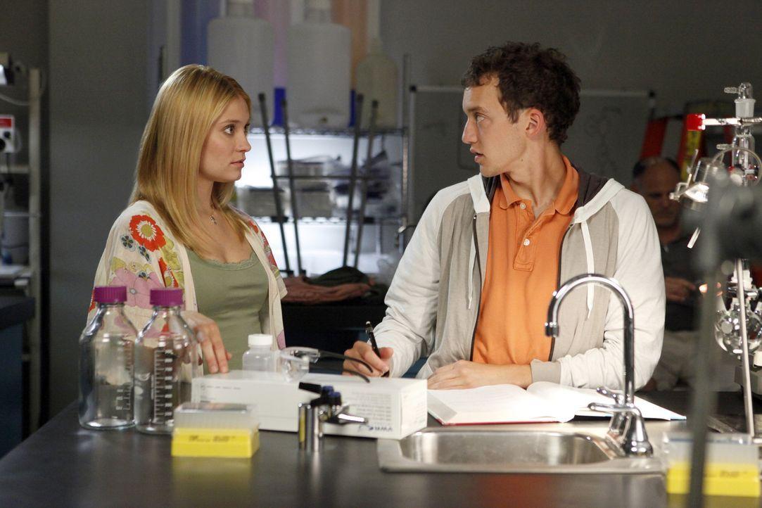 Obwohl Rusty (Jacob Zachar, r.) immer noch sauer auf Casey (Spencer Grammer, l.) ist, weil sie mit Max Schluss gemacht hat, bittet er sie um Hilfe ... - Bildquelle: 2009 DISNEY ENTERPRISES, INC. All rights reserved. NO ARCHIVING. NO RESALE.