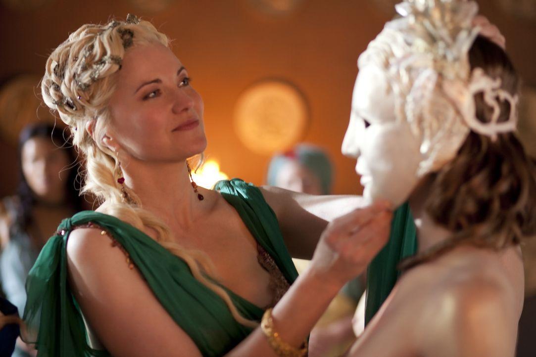 Steht Licinia in ihren Wünschen bei: Lucretia (Lucy Lawless, l.) ... - Bildquelle: 2010 Starz Entertainment, LLC
