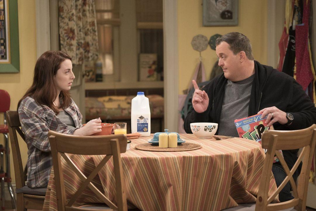 Mike (Billy Gardell, r.) ist wenig begeistert, als Molly die obdachlose, schwangere Frannie (Juliette Goglia) bei ihnen wohnen lässt. Denn er ist ni... - Bildquelle: Warner Brothers