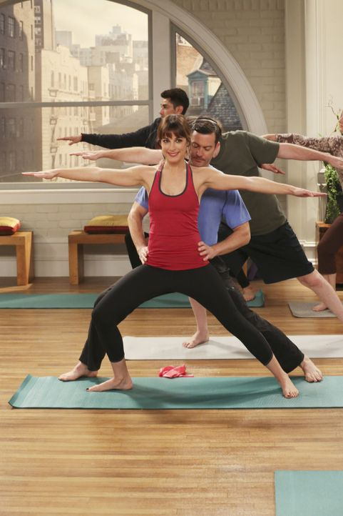 Beim Yoga kommt es laut Felix (Thomas Lennon, vorne r.) vor allem auf Körperkontakt an. Emily (Lindsay Sloane, vorne l.) freut's ... - Bildquelle: Michael Yarish 2014 CBS Broadcasting, Inc. All Rights Reserved