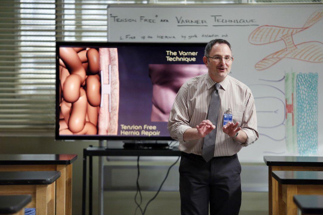 Soll den Ärzten eine neue, einheitliche Methode für einen Leistenbruch näher bringen: Dr. Nessbaum (Andy Milder) ... - Bildquelle: ABC Studios