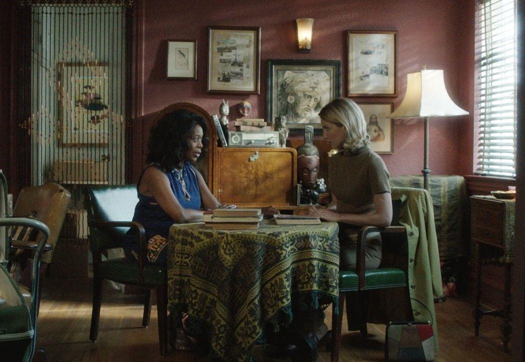 Mia (Annabelle Wallis, l.) und Nachbarin Evelyn (Alfre Woodard, r,) probieren einen Weg zu finden, die gruselige Puppe Annabelle loszuwerden. Ohne E... - Bildquelle: 2014 Warner Brothers