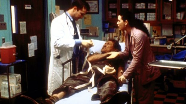 Carter (Noah Wyle, l.) stellt auf brutale Weise einen Obdachlosen ruhig. Hath...